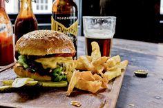 Noch nie gab es mehr Restaurants, die Burgers in Zürich servieren. Wir haben unsere beliebte Burger Restaurant Liste für 2016 aktualisiert.