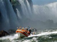 macuco safari : Una imperdible opción para descubrir las maravillas ecológicas del Parque de Iguazú es el Macuco Safari, un recorrido de tres kilómetros que atraviesa la selva hasta llegar a las cataratas. Con la orientación especializada de un guía, el trayecto consta de tramos a pie y otros en gomón, divisando pájaros autóctonos, increíbles bromelias y otros muchos ejemplares del ecosistema de la región. El safari se realiza todos los días, con salidas cada diez minutos desde la Rodovia…
