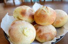 Esta receita de pão de batata é mais uma das receitas do caderno de receitas da minha mãe. Eu amo pão de batata e o tanto que são fofinhos. Fiz duas receitas diferentes, uma delas recheado com catupiry, outra substitui o fermento convencional por fermento de garrafa. Por mais diferentes que...