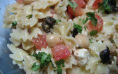 Pasta con ceci, pomodorini e olive - La ricetta dell'insalata di pasta con ceci, pomodorini e olive è un primo piatto facile e alquanto veloce da preparare dovendo utilizzare verdure crude o già cotte.
