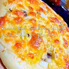 """久しぶりに生地からピザ作りヾ(◍'౪`◍)ノ゙ どうしてもソースを塗らない、シンプルなピザを作ってみたくて…❤︎ これ、オススメします(*´∀`)アハハン♪  しかしズボラなあたしは、いつもお気に入りのデパ地下のピザをアホみたいに買って冷凍保存して、パパの出張中に夜な夜な食べてます""""ヽ(((;◔ิд◔ิ)ノ""""笑 - 249件のもぐもぐ - アンチョビオニオンピザ by yurie616"""