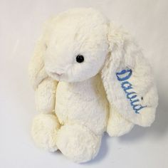 Conejo grande con el nombre bordado en la oreja ¡Aquí están los famosos conejos de Londres! Conejo super suave y gustoso en color crema para regalar a un bebé. Queda monísimo con el nombre del bebé bordado en la oreja. Podemos bordar el nombre en rosa, celeste o gris. Un regalo muy especial para un nacimiento o un bautizo. 27,50 €