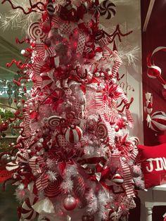 Rojo y blanco con bastones de dulce de navidad como paleta y temática de decoración para Árbol de Navidad. #TematicaArbolesDeNavidad
