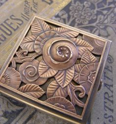 This Art Deco ring box is made with vintage brass. It has a hinge and the top has an Art Deco floral pattern. Motif Art Deco, Art Deco Design, Art Nouveau, Art Deco Ring, Art Deco Jewelry, Jewelry Box, Jewellery, Belle Epoque, Jugendstil Design