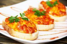 Klasické sendviče zvykneme podávat na oslavách nebo jako pohoštění pro návštěvu. Zkuste je připravit v troubě. Sýr roztaje a natahuje se. Chutnají opravdu skvěle.