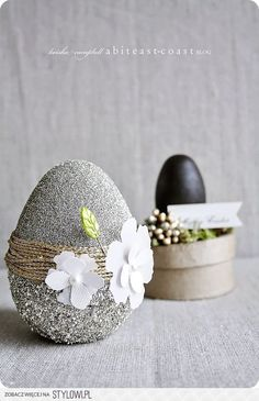 About 2 weeks ago I bought some wood & paper mache eggs to decorate. I love the pretty pastel colors of spring/Easter, but I want a more natural glitz to my Easter! Egg Crafts, Easter Crafts, Diy And Crafts, Easter 2018, Easter Table Decorations, Egg Art, Easter Holidays, Egg Decorating, Happy Easter