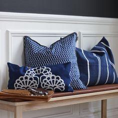 Coussin en coton brodé bleu marine et blanc Niki Linum