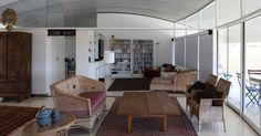 A sala de estar est� voltada para a varanda (norte) e se abre � paisagem atrav�s de portas de vidro. A sala � o eixo interno de recep��o e de condu��o para os demais ambientes (�rea �ntima, jantar, cozinha e home theater) da casa RP, desenhada por Jo�o Filgueiras Lima, o Lel�. A forma radial (ou de leque) predomina na composi��o arquitet�nica, limitada por empenas laterais, em um �ngulo total de 135�