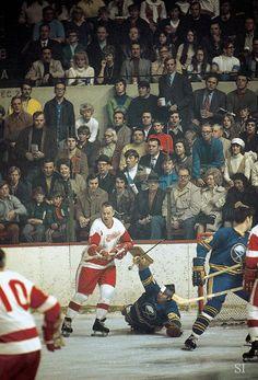 Gordie Howe tries to sneak a shot past Joe Daley during a 1971 Sabres-Red Wings game. Hot Hockey Players, Nhl Players, Hockey Teams, Hockey Stuff, Montreal Canadiens, Stanley Cup, Red Wings Hockey, Hockey Rules, History