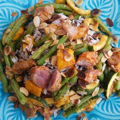 Wokschotel zoetzuur met varkensvlees, groenten en wilde rijst.