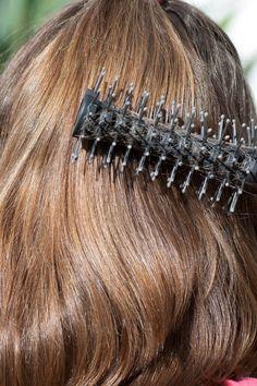 Cara Menyisir Rambut Yang Benar, Tips Memilih Sisir Rambut