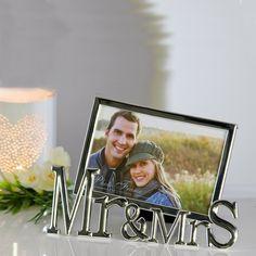 """Silberner Bilderrahmen mit Schriftzug """"Mr & Mrs"""" als schönes Hochzeitsgeschenk"""