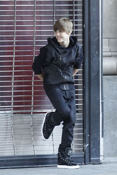 Justin Bieber Leather Sneakers - Justin wore another pair of black leather high top sneakers with a contrasting white sole. Justin Bieber 2009, Justin Beiber Hair, Justin Beiber Memes, Justin Bieber Music, Justin Bieber Outfits, Justin Bieber Pictures, Selena, Bae, Justin Bieber Wallpaper