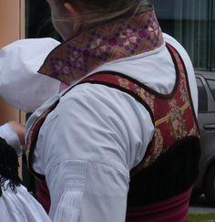 Spesiell beltestakk sydd etter gammel tradisjon vurderes solgt. Ca str 38/40. Passer til dame med høyde 170-175 - stakk med kort/lite livstykke etter gammel tradisjon - forkle med roseband - skjorte med kvit rosesaum på ermelinninger, kvitsaum på skulder - avtagbar halskvarde i smøyg på fin lin, pent arbeid - belte vevd av Helga Fahre Bergland - vippeband vevd av Helga Fahre Bergland - forkleba...