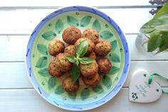 Le polpette di zucchine al profumo di limone e basilico sono un secondo piatto davvero delizioso ma possono essere servite anche in un buffet di antipasti. Ecco la ricetta