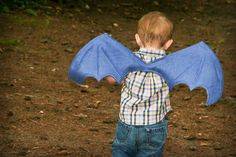 dragon wings tutorial idea for next years halloween costume :D Diy Halloween Costumes For Kids, Up Costumes, Halloween Kostüm, Lion Costumes, Cosplay Costumes, Toddler Costumes, Diy Wings, Dragon Costume, Toothless Costume
