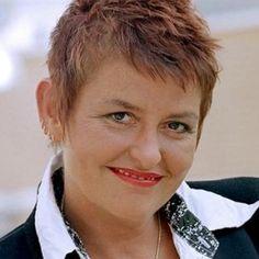 """Rémi van der Elzen 09-07-1960 Nederlandse presentator en verslaggever.  Van der Elzen werd in de jaren 90 bekend met haar radio- en tv-programma's bij de KRO en bij RTL5. In 2009 trad ze op als spreker en inspirator en had ze samen met cabaretier Job Schuring de interactieve theatervoorstelling """"Help! Wat als alles verandert"""" voor organisaties en bedrijven over de weerstand rondom veranderen. Van der Elzen heeft een eigen organisatieadviesbureau. https://youtu.be/1sjvsJ3Fhuc"""