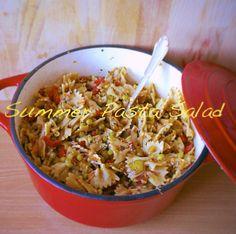 Zutaten:  - Vollkorn Pasta  - Paprika  - Erbsen  - Essiggürckchen  - geraspelte Möhren  - getrocknete Tomaten  - dreierlei Sesamkörner  - rote Paprika  - Zwiebeln  - Olivenöl  - Paprikapulver & Pfeffer  - Walnussessig .