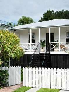 Known for their breezy veranda's and relaxed cottage style, Queenslander's represent a quintessential Australian lifestyle. Here are our favourites! Queenslander House, Weatherboard House, Bedroom Paint Colors, Interior Paint Colors, Interior Painting, Bathroom Colors, Exterior Colors, Exterior Paint, Exterior Design