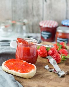 Erdbeermarmelade in zwei verschiedenen Versionen. Einmal mit fruchtiger Mango und das andere Mal mit aromatischer Vanille. Beides unschlagbar lecker.
