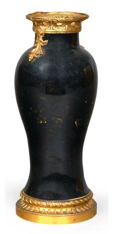 VASE BALUSTRE monté en bronze doré, en porcelaine de Chine émaillée noir à décor en émail or de pivoines dans leur feuillage, époque QIANLONG (1736-1795). La monture signée «HB», en bronze ciselé et doré à décor de canaux et filets tors à la base, au col d'entrelacs ajourés et chutes de feuillages à l'épaulement. Première moitié du XIXe siècle. H_21 cm