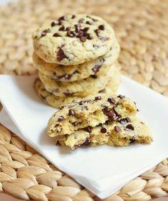 cookies crousti-moelleux (vegan) | 60 g de margarine végétale sans lactose 'extrait de vanille (facultatif) 50 g de sucre roux (cassonade)+cannelle 20 g de compote (pomme, pomme – fraise,  65 g de farine de riz 25 g de fécule de pomme de terre 65 g de chocolat noir/noisette battez  la margarine avec vanille, canelle, sucre,compote. Incorporez la moitié de la farine de riz et la moitié de la fécule de pomme de terre. Battez et rajouter l'autre moitié