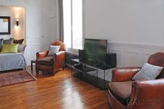 Comfortable, well-furnished studio in Montmartre for rent in the 18th district of Paris on rue Lamarck. This is a nice apartment in a great area near the famous Basilica of Sacre-Coeur. #Paris #ParisStudio #RentStudioInParis