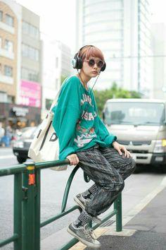 Japoneses fashion style Estilo Harajuku, Harajuku Mode, Harajuku Fashion, Harajuku Girls, Tokyo Street Fashion, Japanese Street Fashion, Japan Fashion, Human Poses Reference, Pose Reference Photo