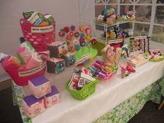 Great example of mixed items at a fair. The Cupcakery @ the Handmade Mart 2011 in Silver Spring, MD Craft Stall Display, Craft Show Booths, Craft Booth Displays, Craft Show Ideas, Display Ideas, Bow Display, Diy Ideas, Vendor Displays, Market Displays