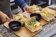 Momo, Tibetaanse dumplings  Exotische sferen in de keuken van Lhamo, die traditionele Tibetaanse dumplings (soort ravioli) met smaken als look, sesam en soja aanbiedt. Je krijgt er ook biogroenten en soep.  Defacqzstraat 27, Elsene