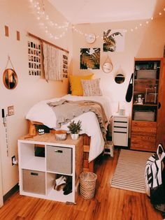 Doorm Room Ideas, Small Bed Room Ideas, Dorm Room Ideas For Girls, Bedroom Decor For Small Rooms, Room Decor Bedroom, Small Room Storage Ideas, Bedrooms Ideas For Small Rooms, Woodsy Bedroom, Cute Dorm Ideas
