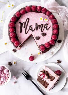 Recipe: Raspberry Mousse Cake with Chocolate and .- Rezept: Himbeermousse Torte mit Schokolade und Schriftzug zum Muttertag backen D… Recipe: Bake raspberry mousse cake with chocolate and lettering for Mother& Day Drip Cake Cakelettering day - Raspberry Mousse Cake, Chocolate Raspberry Cake, Chocolate Desserts, Cake Chocolate, Torte Au Chocolat, Cake Lettering, Cake Blog, New Cake, Drip Cakes