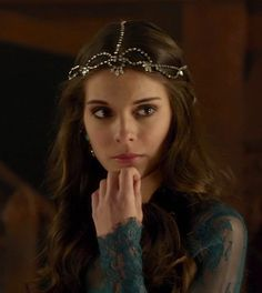 Caitlin Stasey as Kenna inReign (TV Series, 2013).....love all the hair pieces on this show!