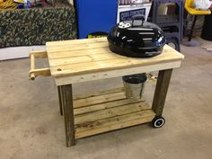 Weber Grill cart made from recycled pallets Kitchen island. Grill Stand, Grill Cart, Wooden Pallet Projects, Wooden Pallets, Recycled Pallets, Webber Bbq, Webber Grill Table, Wood Cart, Modern Kitchen Furniture