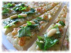 Tämä mozzarella-kasvispitsa on paloiksi leikattuna kiva kasvisvaihtoehto kahvipöytään. Valkosipuli, basilika, rucola ja oliiviöljy ovat ihanuuden salaisuus.