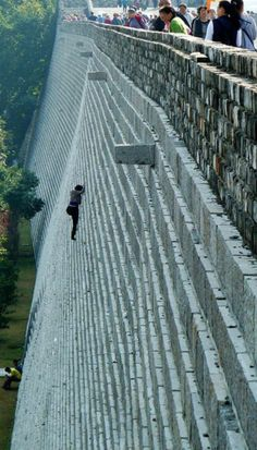 Woman Climbs Wall to Avoid Paying Admission, Nanjing, China via huffingtonpost: 2 others broke their legs and 3 had to be rescued when they attempted to suit. Buck up girl and pay the entrance fee. Castle Wall, Living On The Edge, Nanjing, Great Wall Of China, Rock Climbing, Climbing Shoes, Picture Wall, Picture Prompt, Extreme Sports