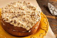 Duitse chocoladetaart bestaat uit 2 lagen zachte chocolade cake met daartussen een heerlijke kokosglazuur met pecannoten. Deze Duitse chocoladetaart wordt