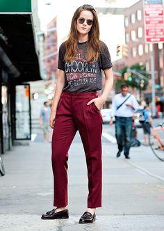 T-shirt grafica, blusa com estampa, calça de alfaiataria vermelha, mocassim preto