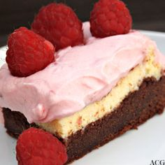 Brownie cheesecake with rasberry cream Rasberry Cheesecake, Cheesecake Brownies, Hummingbird Bakery, Cake Recipes, Dessert Recipes, Norwegian Food, Scandinavian Food, Pudding Desserts, Cupcake Cakes
