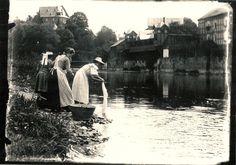 1900 ca. - Waschtag im Frankenthal. Die Waschmaschinen waren lebendig, gesellig und sogar viel hübscher als heute. Privatfoto , unbekannter Fotograf (Photograph) - JMW
