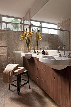 Banheiro | Neste projeto do escritório de arquitetura Arqdonini, o mármore reveste o piso e as paredes do banheiro (Foto: Lufe Gomes/Editora Globo)