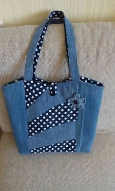 Pin by Sharon Witney on Denim upcycling patterns & ideas – Denim Diy – Denim Denim Tote Bags, Denim Purse, Tote Purse, Patchwork Bags, Quilted Bag, Quilted Purse Patterns, Denim Bag Patterns, Jean Purses, Purses And Bags