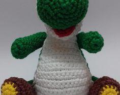 Amigurumi confeccionado com fio 100% algodão e preenchimento em fibra siliconada antialérgica.  O Yoshi é um dos personagens mais amados do vídeo game e agora está disponível para você no formato Amigurumi! Ótimo para presentear aquela pessoa super geek que você adora!  #amigurumi #yoshi #mariobros #videogame #geek #decoracao #brinquedo #artesanato #feitoamao #croche #crochet