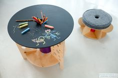 chalkboard table genius maybe I could do this for my desk for homework and stuff! That or just paint a wall with chalkboard paint! Chalkboard Table, Chalkboard Paint, Cable Reel Ideas For Kids, Tables Tableaux, Spool Tables, Deco Kids, Wooden Spools, Modern Kids, Table Covers