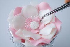 Que tal fazer uma linda flor de Pasta Americana em várias camadas com um efeito real?   Com apenas uma flor e um laço você pode dar um acab...