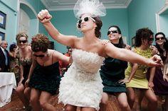 La novia baila junto a las invitadas celebrando su boda.