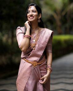Kerala Wedding Saree, Bridal Sarees South Indian, Kerala Bride, Hindu Bride, Wedding Sarees, Bride Reception Dresses, Bridal Dresses, Indian Clothes, Indian Dresses