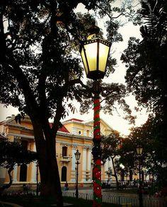 Faro adornado de la Plaza Bolívar de Caracas, Venezuela