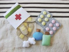 Felt First-Aid Kit Oh no Did your tot s teddy take a tumble Your kiddo will be ready to jump into action and make teddy feel all better with this Felt First-Aid Kit 12 The felt set includes band-aids tablets medicine bottles and cute little cotton balls Diy For Kids, Crafts For Kids, Felt Play Food, Homemade Toys, First Aid Kit, Felt Diy, Felt Crafts Diy, Handmade Felt, Clay Crafts