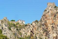 Sant'Alessio (ME) - Il castello saraceno sullo sperone roccioso ricoperto di fichi d'india e grotte naturali, questo punto di vista lo regala esclusivamente il tratto di mare dietro Capo Sant'Alessio   da Lorenzo Sturiale